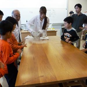 公開講座「親子で学ぶちょっと深堀りの理科実験」を開催しました。