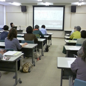 公開講座「人のこころの働きを『おはなし』から考える」を開催しました。