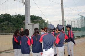 点灯盤の使用方法の説明を受ける野球部員たちの様子