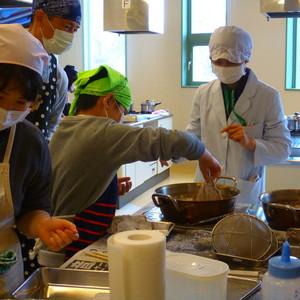 公開講座「子どもの食育講座 お父さんと一緒にクッキング -魚をさばいてカレイの中華風あんかけを作ろう-」を開催しました